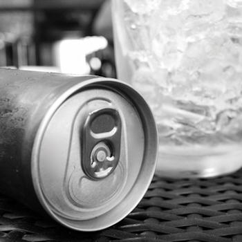 Aluminium can and glass with ice